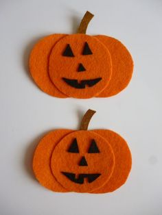 Felt pumpkins for Halloween. DIY Halloween Crafts For Kids and halloween craft ideas for adults Moldes Halloween, Adornos Halloween, Manualidades Halloween, Halloween Kids, Halloween Pumpkins, Preschool Halloween, Halloween Items, Felt Decorations, Halloween Decorations