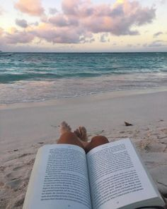 I want this, not my school books. Beach Aesthetic, Book Aesthetic, Summer Aesthetic, Aesthetic Pictures, Summer Pictures, Beach Pictures, Summer Feeling, Summer Vibes, Foto Casual
