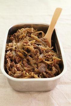 【作り置き】牛肉とマイタケの甘辛煮・圧力鍋で簡単! by さいとうあきこ / 牛の切り落とし肉を、まいたけやこんにゃくと一緒に圧力鍋で甘辛く煮ました。調味料と材料を入れたら、一瞬加圧するだけ。あとは煮詰めて出来上がり!ごはんにのせてあっという間に牛丼!おうどんにのせたら肉うどん!他にもゆでたじゃがいもにかけて肉じゃが風など、作り置きしておけばとっても便利!冷蔵庫で5日ほど保存できるのもうれしいです。 / Nadia