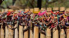 Glücks-Armbänder der Besucher am Massengrab