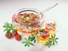 Erdbeer-Waldmeister-Bowle ist ein Rezept mit frischen Zutaten aus der Kategorie Bowle. Probieren Sie dieses und weitere Rezepte von EAT SMARTER! Eat Smarter, Strawberries, Alcohol Free, Homemade