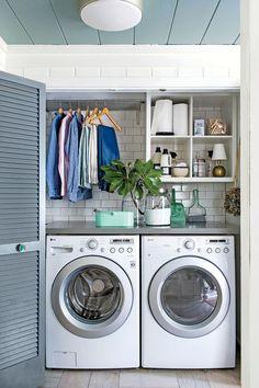 Une jolie buanderie fonctionnelle aménagée dans un placard - on aime le plan de travail, les étagères ouvertes et l'étendoir !