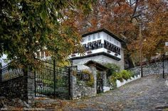 Vizitsa is a live museum of the traditional Pelion architecture that impresses the visitors from the first moment. Alive Museum, Jason And The Argonauts, Dark Ages, Macedonia, Greece, In This Moment, Mansions, Architecture, House Styles