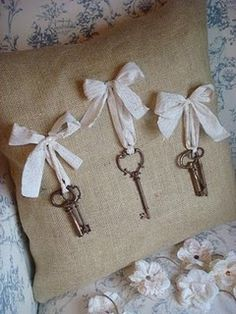 Instead of pillow, insert burlap into a picture frame and hang interesting old keys with ribbons. This would also work with vintage brooches. Burlap Projects, Burlap Crafts, Craft Projects, Sewing Projects, Diy Crafts, Antique Keys, Vintage Keys, Look Vintage, Vintage Brooches
