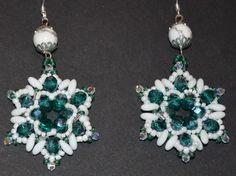 Orecchini realizzati con la tessitura. Rizo beads, cipollotti, e conteria.