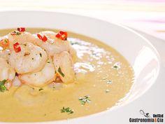 Sopa fría de garbanzos y coco con gambas