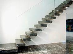 Scala a sbalzo in marmo grigio mediterraneo