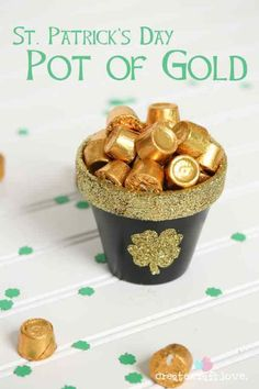 Whip up this adorable DIY Pot of Gold for your St. Patrick's Day festivities! Create your own DIY Pot of Gold! Diy St Patricks Day Decor, St Patricks Day Food, Saint Patricks, St Patrick's Day Decorations, Decoration Table, St Patrick Decorations, Birthday Decorations, Holiday Treats, Holiday Fun