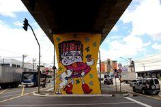 O MAAU (Museu Aberto de Arte Urbana) nasce para expor a aceitação do graffiti como uma arte que já faz parte da cidade. O projeto inédito, idealizado pelos artistas urbanos Chivitz e Binho, deu vida a uma verdadeira galeria de arte pública presente na Av. Cruzeiro do Sul, Zona Norte de São Paulo.    São 66 painéis criados por mais de 50 artistas. Vale a pena conferir de perto, enquanto isso, aprecie Chivitz!