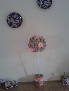 Bomboniera S. Cresima realizzate con vasetti coordinati alle rose di tulle nei colori rosa, verdi, gialle,  azzurre, pesca. Qui pesca.