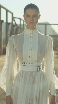 Creative Fashion Photography, Clothing Photography, Classy Outfits, Vintage Outfits, White Chic, Fashion Videos, Looks Vintage, Cute Fashion, Bose