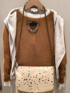 Súmate a la elegancia prêt-à-porter de Polder París: jersey color mostaza elaborado con lana de Alpaca baby, sudadera, camiseta, pantalón y bolso. Collar exclusivo Mimi Scholer.