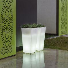 Macetero iluminado MELISA, para uso interior o exterior. Fabricado en polietileno y neopreno, muy resistente, capaz de soportar temperaturas muy bajas.