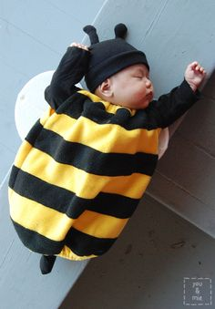 11 Adorable DIY Baby Costumes for Halloween Baby Bee Costume, Cute Baby Costumes, Newborn Halloween Costumes, Baby Halloween Outfits, Baby First Halloween, Toddler Costumes, Newborn Costumes, Primer Halloween, Halloween Bebes
