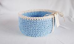 """Jeden z większych wyprodukowanych koszyczków. Błękit z kremową """"lamówką"""".   Wymiary koszyka:   Średnica: 26 cm   Wysokość: 13 cm         ..."""