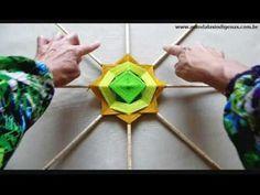 Cursos de Mandalas 12 Pontas Basico Online com Tamie Saita Paper Weaving, Weaving Art, Mandala Painting, Mandala Art, Handmade Crafts, Diy And Crafts, God's Eye Craft, Circular Weaving, Dream Catcher Mandala