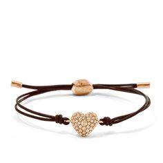 Ein Armband, das von Herzen kommt. Ein roségoldfarbenes Herz mit pfirsichfarbenen Glassteinchen ist an einem hochwertigen, schokobraunen Lederband befestigt.