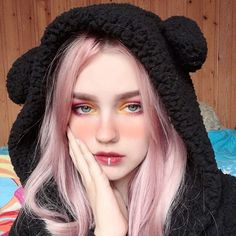 The most eye-catching hair color today is rose blonde, of head-turning rate.Pink mixed with light red, makes you cute and sexy, too perfect. Rose Blonde Hair, Blue Hair, Pink Hair, Kawaii Makeup, Cute Makeup, Makeup Looks, Aesthetic Hair, Aesthetic Makeup, Aesthetic Photo