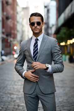 ▷ 1001 + Ideas theme: gray suit which shirt fits- ▷ 1001 + Ideen Thema: grauer Anzug welches Hemd passt dazu If you& wondering if you want to wear tie or bow tie suit ideas for stylish outfit of men - Mens Fashion Suits, Mens Suits, Fashion Fashion, Grey Suits, Grey Suit Men, Fashion Lookbook, Daily Fashion, Fashion Trends, Mode Bcbg