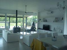 ESTUDIO 2424 ARQUITECTURA. Casa en MADERA, interior estar - Isla del Este, Argentina.