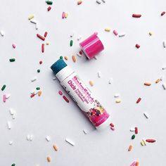 Poniéndole color a este lunes frío 💙 BalmStick sabor chicle