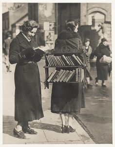 The Walking Library, London, ca. via vintage everyday: The Walking Library, London, ca. Maybe we should revisit this idea. Reading books and making them easily accessible - grin. I Love Books, Good Books, Books To Read, Reading Books, Mobile Library, Little Free Libraries, Free Library, Library Card, Woman Reading