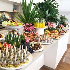 food table Ideas for breakfast buffet table brunch party mornings Breakfast Buffet Table, Brunch Buffet, Breakfast Catering, Party Buffet, Breakfast Platter, Breakfast Quesadilla, Lunch Table, Table Party, Dessert Tables