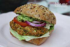 Šťavnatý veggie Bite Me burger, ktorý sa vám ledva zmestí do úst Veggie Bites, New Recipes, Favorite Recipes, Salmon Burgers, Quinoa, Healthy Snacks, Clean Eating, Veggies, Pizza