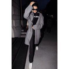 Celebrity Style | 海外セレブリティ最新スタイル情報 : 【ケンダル・ジェンナー】フォーマルパンツ×スニーカーでスタイリッシュなスポーティスタイル