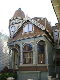 159 Delmar, San Francisco  2008. The Queen Annes are most noted for their rounded corner towers, steep gabled roofs and shingled walls. They were popular from 1890-1910. Like the Eastlakes, the Queen Annes have obscure roots in the British Isles. The English Monarch for whom they are named died in 1714 and unlike Eastlake was never in a position to disown her namesakes.