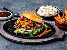Pulled Pork Burger med BBQ-saus og coleslaw Pulled Pork Burger, Pork Burgers, Salmon Burgers, Coleslaw, Barbecue, Bacon, Ethnic Recipes, Food, Coleslaw Salad