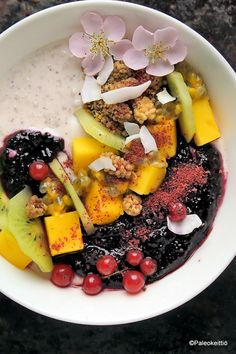 Hedelmäinen riisikuppi | Paleokeittiö Acai Bowl, Paleo, Breakfast, Food, Acai Berry Bowl, Morning Coffee, Essen, Beach Wrap, Meals