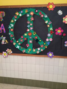 Con hueveras Peace Crafts, Class Decoration, World Peace, Fourth Grade, Classroom Decor, Party Games, Murals, English, Teaching