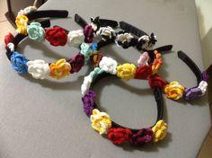Tiaras forradas com fita de gorgorão e flores de crochê
