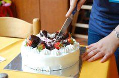 Strawberry cream cake http://dessertlovernote.com/strawberries-cream-cake/