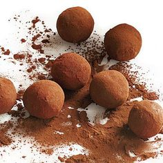 Bourbon Caramel Truffles Recipe - Truffles typically have the added richness of cream and butter. These ingredients help stabilize chocolate, which tends to scorch, separate, or become grainy if not heated carefully. Just Desserts, Delicious Desserts, Yummy Food, Best Chocolate, Chocolate Recipes, Chocolate Truffles, Chocolate Bourbon, Chocolate Brownies, Melting Chocolate