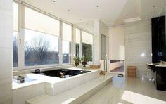 Впрочем, даже самые простые светлые жалюзи «на своем месте» в этой ванной. Для современного дизайна они отлично подходят.