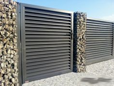 gaviones con rocas Fence Wall Design, Gate Design, Front Gates, Front Entry, Corrugated Metal Fence, Boundary Walls, Arch House, Driveway Gate, Modern Fence