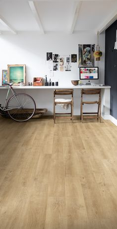 Quick-Step Laminate Flooring - Eligna 'Venice oak natural' (EL3908) in a trendy office. To find more office inspiration, visit our website: https://www.quick-step.co.uk/en-gb/room-types/choose-the-perfect-home-office-flooring #bureau #kantoor