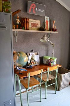 Decorate with old school chairs - Home Design & Interior Ideas Kids Workspace, Deco Kids, School Chairs, School Desks, Kid Desk, Kids Decor, Home Decor, Decor Ideas, Kid Spaces