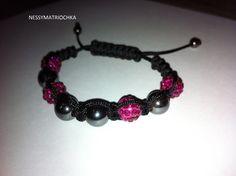 bracelet style shamballa avec perle fuchsia et gris anthracite : Bracelet par nessymatriochka