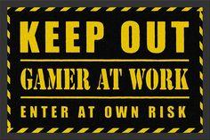 Waarschuw je gasten alvast met deze leuke deurmat met grappige tekst 'keep out gamer at work, enter at own risk'.