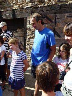En Pere, observant d'aprop el joc de cucanya durant la Festa Major de Pardines 2012.
