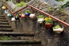 Leuke theepotten langs trapleuning. Oke het is niet echt een balkon of terras, maar ik vond dit idee zo leuk! Koop bij de kringloop een oud servies en je kunt meteen aan de slag. En nog goed voor het milieu ook want je doet aan hergebruik. ?