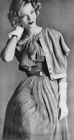 Vogue editorial shot by Irving Penn 1957 Moda Vintage, Vintage Vogue, Fifties Fashion, Retro Fashion, Fifties Style, High Fashion, Vintage Dresses, Vintage Outfits, Vintage Fashion Photography