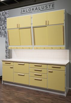 This type of photo is seriously a striking design construct. Modern Retro Kitchen, Mid Century Modern Kitchen, Modern Kitchen Design, Home Decor Kitchen, Kitchen Interior, New Kitchen, Home Kitchens, Vintage Kitchen Cabinets, Kitchen Shelves