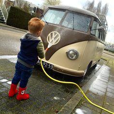 Washing our Easter egg #AIRMIGHTY #aircooledvw #vwlifestyle #vwlife #barndoor #amersfoort #vw #carwash (bij Amersfoort)