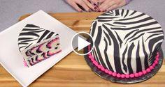 Elle montre comment faire un gâteau zébré rose
