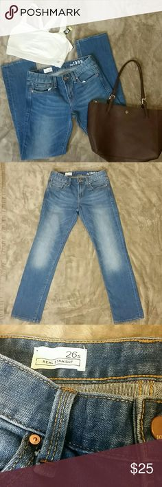 """Womens Gap Real Straight Sz 26s Capri Jeans Womens Gap Real Straight Capri Jeans  Sz 26s  Medium wash, 5 pockets, lower front rise, stretch and in excellent condition. Inseam from crotch to bottom: 28"""" Leg Opening: 6.5"""" Waistline side to side: 13"""" Gap Jeans"""