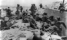 Medics de la 4e Division d'infanterie et 2d Naval Plage Bataillon rassemblent et traitent les camarades blessés au mur antichar sur Utah Beach. Juin 1944
